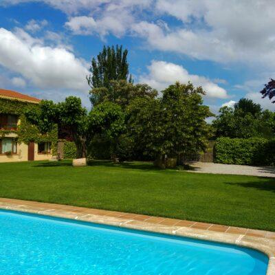 façana i piscina