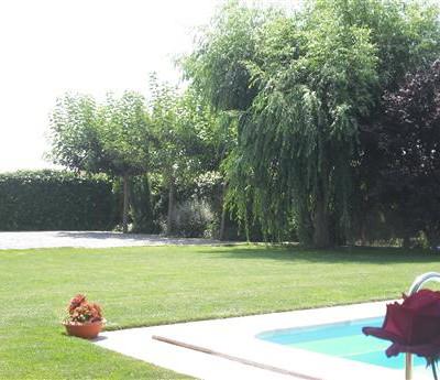 jardí piscina casa rural
