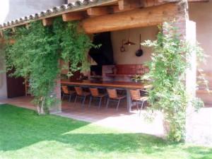 porxe barbacoa jardí casa rural