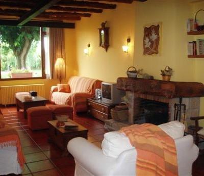 Sala d'estar amb llar de foc casa rural